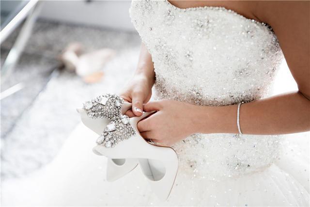結婚婚紗是買還是租 選哪個更好